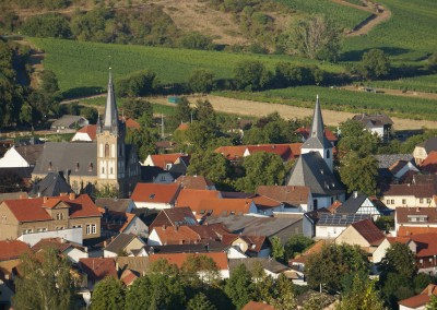 Blick auf Guldental mit evangelischer Kirche (rechts) und kath. Pfarrkirche St. Jakobus